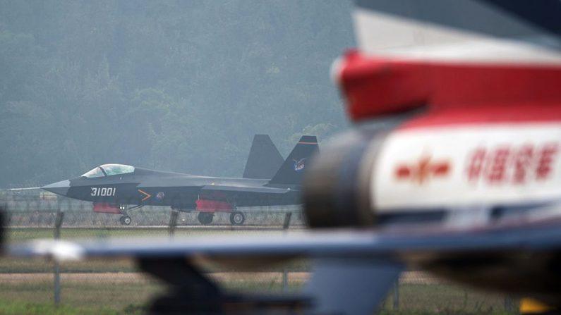Un avión de combate sigiloso el Stealth J-31 despega para el vuelo de prueba en Zhuhai, provincia de Guangdong, al sur de China, el 10 de noviembre de 2014. (Foto: JOHANNES EISELE/AFP/Getty Images)