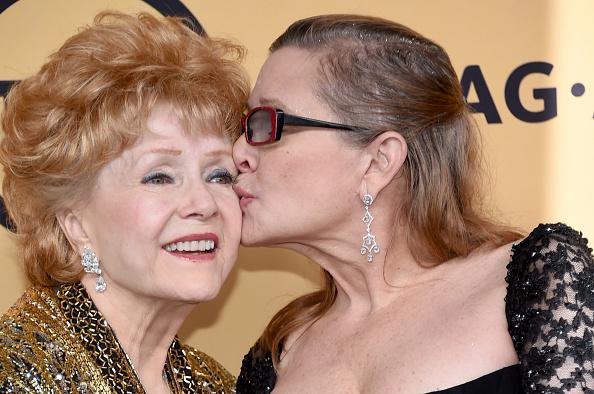 La actriz estadounidense, Debbie Reynolds (d), junto a su hija. (Foto: Ethan Miller/Getty Images)