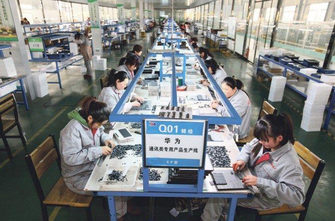 Los trabajadores clasifican las piezas en una empresa de electrónica en Tengzhou, en la provincia de Shandong, en el este de China, el 1 de febrero de 2016. Mientras que los ingresos y las ganancias aumentaron, las empresas son escurridas para tener dinero en efectivo. (STR / AFP / Getty Images)