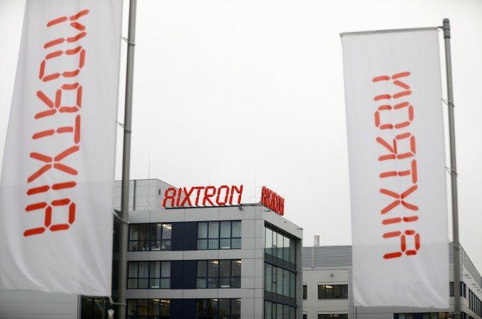 Banderas fuera la sede central del fabricante de chips Aixtron en Herzogenrath, Alemania, el 25 de octubre. La compra de Aixtron fue bloqueada por el Presidente Obama la semana pasada. (Oliver Berg/AFP/Getty Images)