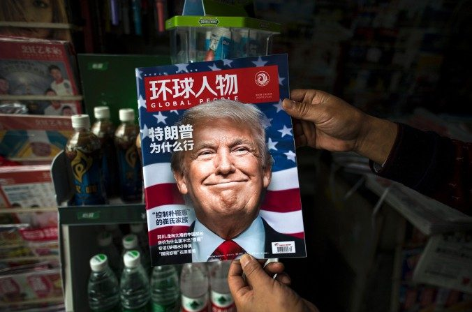 Una copia de la revista local china, Global People con un comentario en la portada que traduce '¿Por qué ganó Trump', en un stand de noticias en Shanghai el 14 de noviembre de 2016. (Johannes EiseleAFP / Getty Images)