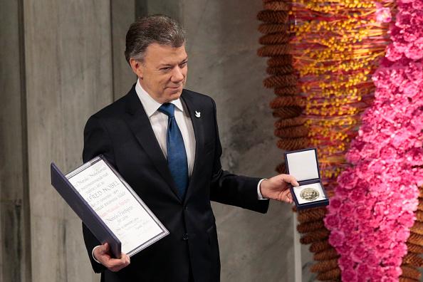 Juan Manuel Santos recibiendo el Premio Nobel de la Paz. (Foto: LISE ASERUD/AFP/Getty Images)