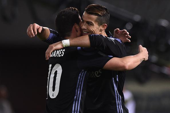 Cristiano Ronaldo del Real Madrid celebra con James Rodriguez durante la semifinal del Mundial de Clubes ante el Real Madrid.  (Matt Roberts/Getty Images,)