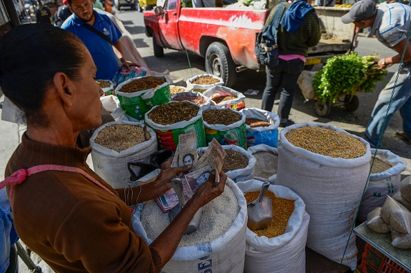 Maduro confía en que el precio del barril de petróleo del país suba y pueda estabilizarse la economía para garantizar los productos básicos. (Foto: FEDERICO PARRA/AFP/Getty Images)