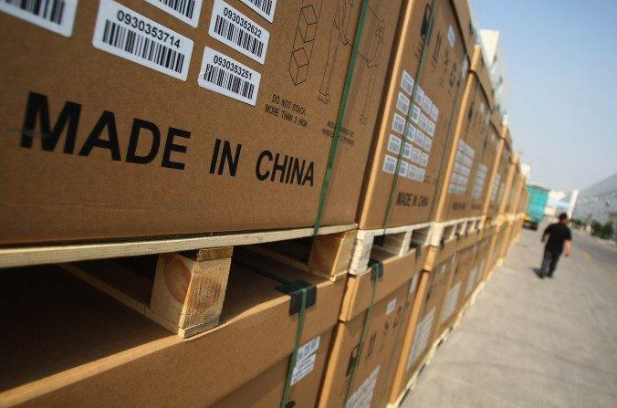 Un hombre pasa al lado de productos fotoeléctricos empacados en la planta de Tianwei Yingli Green Energy Resources Co., Ltd el 24 de junio de 2009 en Baoding, China. China no está en posición de liderar la globalización en lugar de Estados Unidos, sostiene He Qinglian. (Feng Li / Getty Images)
