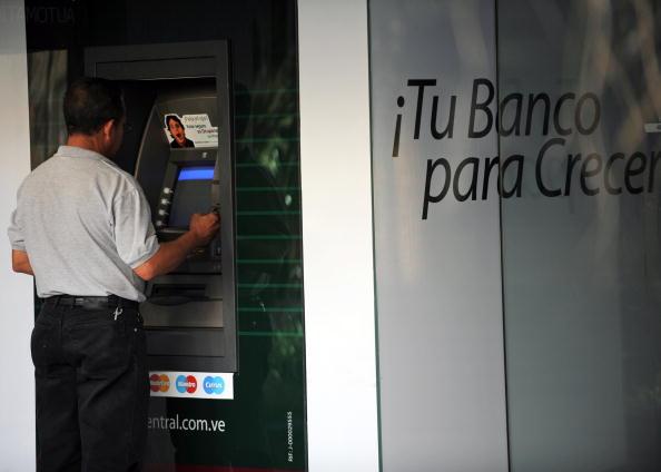 """La ABV agradece a todos los empleados de las instituciones bancarias """"por la importante labor que ha venido realizando"""". (Foto: JUAN BARRETO/AFP/Getty Images)"""