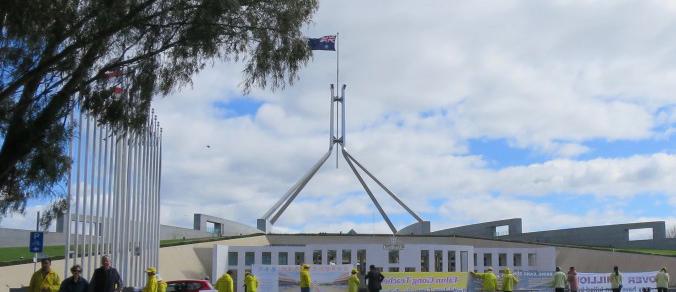 Practicantes de Falun Gong manifestándose afuera de la sede del Parlamento Australiano en Canberra en octubre de 2016. (La Gran Época)