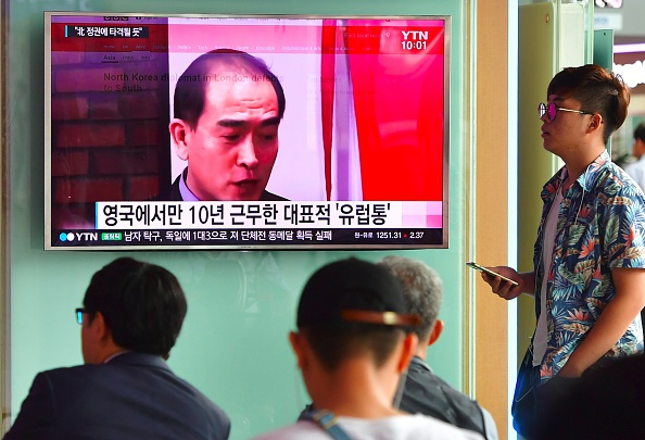 La gente ve una emisión de noticias de televisión mostrando imágenes de Thae Yong-Ho, embajador de Corea del Norte en Gran Bretaña, en una estación de tren en Seúl el 18 de agosto de 2016. Corea del Sur dijo el 17 de agosto que el embajador de Corea del Norte en Gran Bretaña había desertado del régimen de Pyongyang. Foto: JUNG YEON-JE/AFP/Getty Images