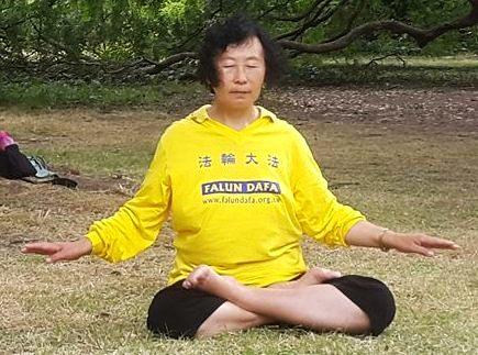 Yu Zhenjie practicando meditación, el quinto ejercicio de Falun Dafa. De no poder caminar debido a las torturas, ahora puede meditar, cruzando sus piernas doblemente sin problema. Foto: La Gran Época