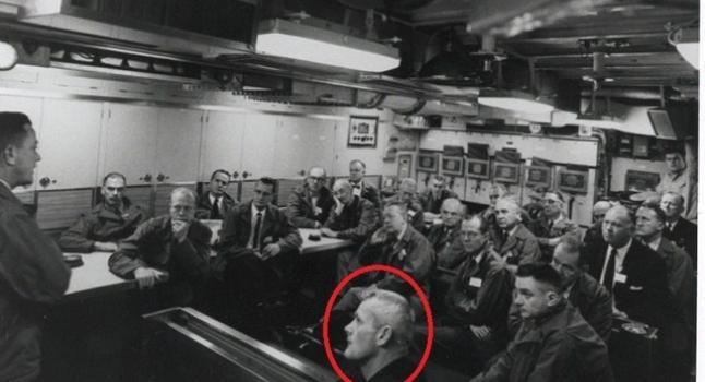 El hombre al frente se dice que es Valiant Thor, un benévolo alienígena de Venus que trabajó con el gobierno de EE.UU. La foto fue presentada por Phil Schneider quien afirmó en la Preparedness Expo en 1995, haber conocido al extraterrestre mientras trabajaba en operaciones secretas del gobierno. (La Gran Época)
