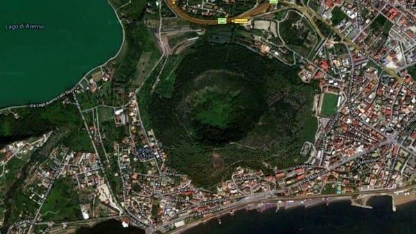 Caldera volcánica Campi Flégrei y la ciudad de Nápoles, Italia. (INGV)