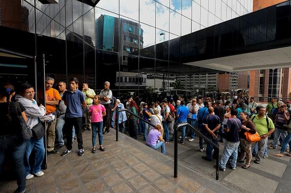 Personas haciendo cola para poder canjear los 100 bolívares. Foto: FEDERICO PARRA/AFP/Getty Images