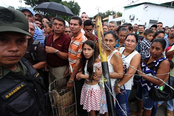 Venezolanos cruzando hacia Colombia. Foto: GEORGE CASTELLANOS/AFP/Getty Images