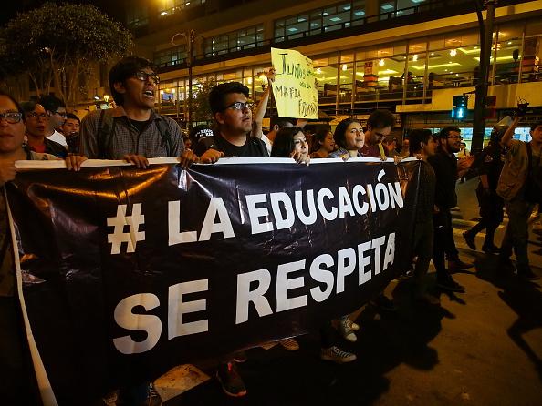 """""""# La educación se respeta"""" y """"Toma la calle"""", los lemas de la movilización de ayer (Foto: Fotoholica Press/LightRocket via Getty Images)"""
