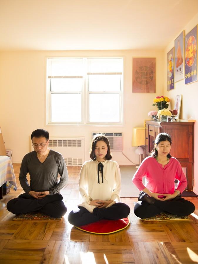 (I-D) Li Zhengjun, Li Fuyao, y Wang meditan en su casa en Queens, New York. (Samira Bouaou/La Gran Época)