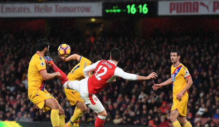 Giroud remata a gol el centro de Alexis. (Shaun Botterill / Getty Images)