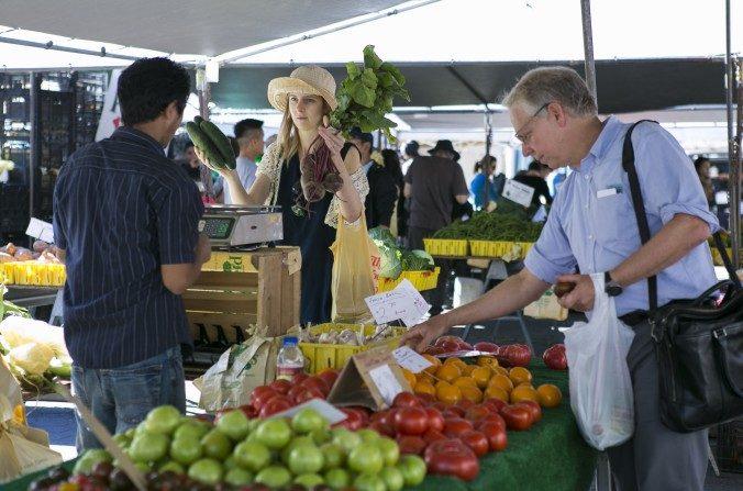 Abastecerse de verduras y proteínas. (Samira Bouaou / La Gran Época)