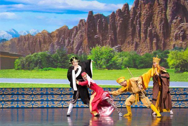 """(De izquierda a derecha) Pigsy, un demonio disfrazado de una mujer hermosa, el Rey Mono, y el monje Xuan Zang, los personajes del clásico literario """"Viaje al Oeste"""", concebidos por Shen Yun. (Cortesía de Shen Yun Performing Arts)."""