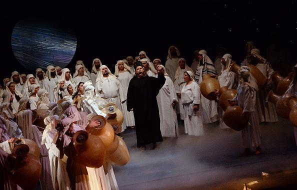 Cantantes de la Ópera Nacional de Hungría durante el estreno de la ópera 'Nabucco' del compositor italiano Giuseppe Verdi (1813-1901), dirigida por el húngaro Gergely Kesselyak, en el Teatro Erkel en Budapest el 13 de febrero de 2015. (ATTILA KISBENEDEK / AFP / Getty Images)