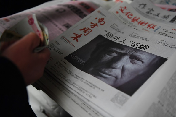 Un periódico chino del 10 de noviembre de 2016 con Donald Trump en la portada. (GREG BAKER/AFP/Getty Images)