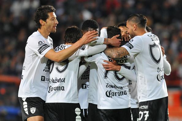 Jugadores del Pachuca celebran el gol contra los Chiapas en el torneo Clausura 2017 de la Liga MX en el Estado Hidalgo, el 14 de enero de 2017. (MARIA CALLS/AFP/Getty Images)