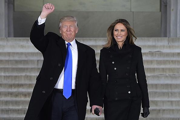 Donald Trump junto a su esposa Melania en el Lincoln Memorial en Washington, DC, el 19 de junio de 2017. (MANDEL NGAN/AFP/Getty Images)