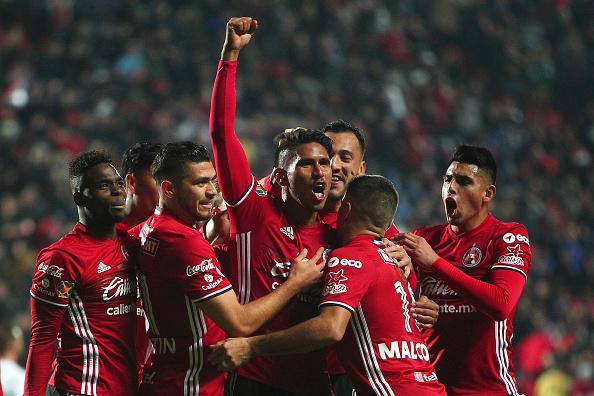 TIJUANA, MÉXICO - 27 de enero: Juan Valenzuela de Tijuana celebra con sus compañero luego de marcar su primer gol ante Cruz Azul en el Clausura 2017 de la Liga Bancomer MX en el estadio Caliente. (Gonzalo Gonzalez/Jam Media/Latin Content/Getty Images)
