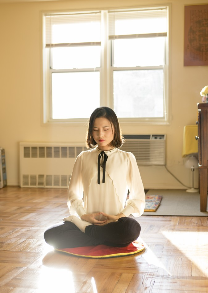 Li Fuyao demuestra su práctica de meditación en su casa en Queens, New York, el 8 de Enero del 2017. Ella y sus padres escaparon de China el 2014 y encontraron asilo luego de años de tortura por practicar Falun Gong. (Samira Bouaou/La Gran Época)