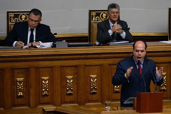 Legislador de oposición venezolano Julio Borges, quien reemplazó el pasado jueves a Henry Ramos Allup, como presidente de la Asamblea Nacional. (Foto: FEDERICO PARRA/AFP/Getty Images)