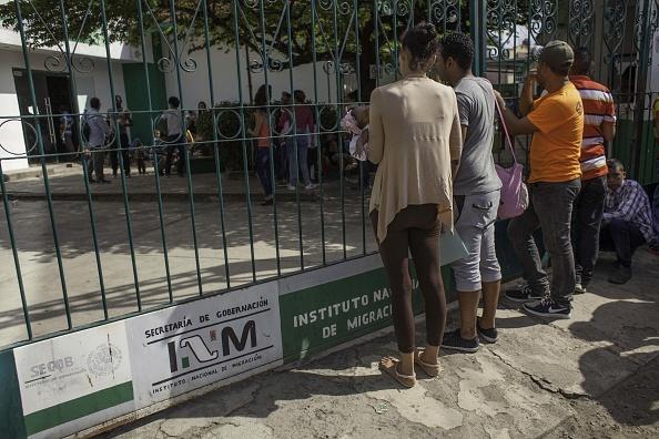 20 mujeres y 71 varones viajaban en tránsito hacia los EEUU. Las autoridades migratorias ratificaron su compromiso de aplicar la ley sin distingos de nacionalidad. (Foto: MOYSES ZUNIGA/AFP/Getty Images)