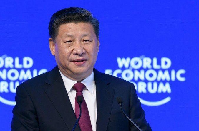 El mandatario de China, Xi Jinping, pronuncia un discurso en el Foro Económico Mundial en Davos, Suiza, el 17 de enero de 2017. (FABRICE COFFRINI / AFP / Getty Images)