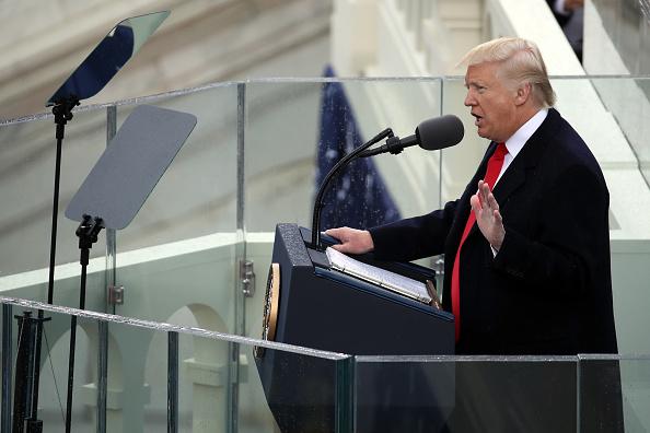 El presidente estadounidense Donald Trump brinda su discurso inaugural en el frente oeste del Capitolio de los Estados Unidos el 20 de enero de 2017 en Washington, DC. En la ceremonia de inauguración de hoy. (Foto de Drew Angerer / Getty Images)