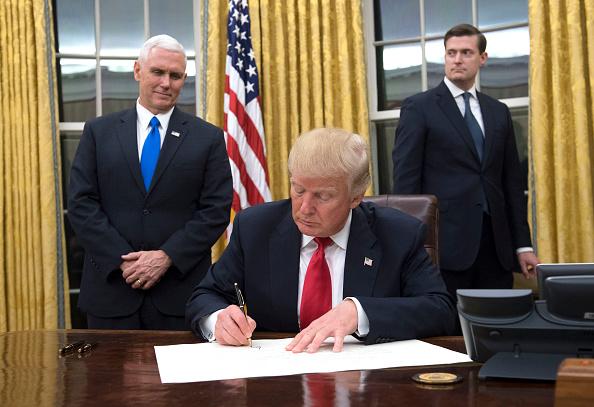 El Presidente Donald Trump firma una confirmación para el Secretario de Defensa James Mattis en la Oficina Oval, en la Casa Blanca en Washington, D.C. el 20 de enero de 2017. (Foto: Kevin Dietsch - Pool / Getty Images)