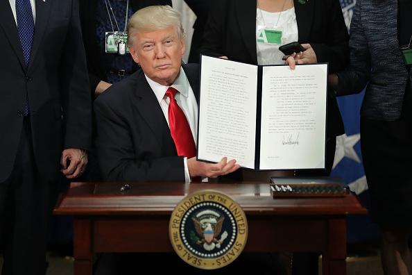 Donald Trump firmó órdenes ejecutivas para la construcción del muro fronterizo con México. Foto: Chip Somodevilla/Getty Images)