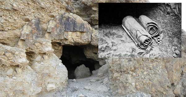 Los documentos y objetos desenterrados en las cuevas demuestran un largo período de ocupación, desde la prehistoria hasta al menos la época romana. (Wikimedia Commons/Ian Scott photo). Detalle: Dos de los Manuscritos del Mar Muerto tal y como fueron descubiertos en las cuevas de Qumram (Public Domain)