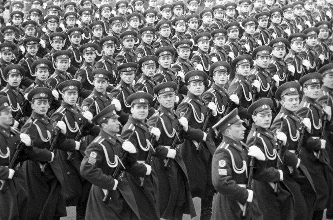 Cadetes de la Academia del Comando de la Guardia Fronteriza de Moscú de la KGB en un desfile en la Plaza Roja, Moscú, en 1972. (RIA Novosti archive, image #700215/Lev Polikashin/CC-BY-SA 3.0)