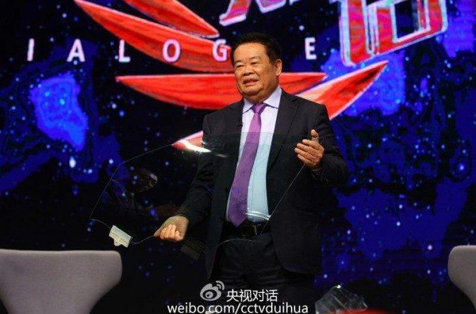 """El empresario chino Cao Dewang en el programa de CCTV """"Diálogo"""". Cao generó controversia recientemente luego de anunciar su plan de mudar la producción de China a Estados Unidos. (Weibo.com)"""