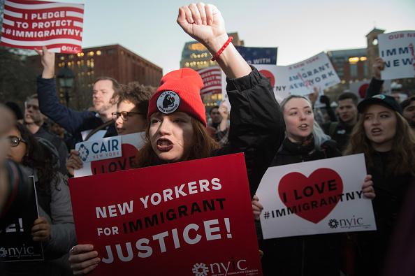 Un grupo de manifestantes protestando en NY por la medida tomada por el presidente Trump de vetar temporalmente el ingreso de inmigrantes, principalmente de origen musulmán. (Foto: BRYAN R. SMITH/AFP/Getty Images)
