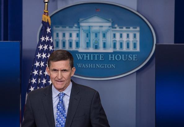 El ex asesor de Seguridad Nacional Mike Flynn, durante una rueda de prensa diaria en la Casa Blanca en Washington, DC, el 1 de febrero de 2017. Flynn renunció a su cargo el 13 de febrero de 2017. (NICOLAS KAMM / AFP / Getty Images)
