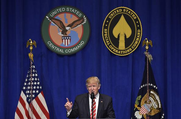 El presidente estadounidense Donald Trump habla después de una visita al Comando Central de Estados Unidos y el Comando de Operaciones Especiales en MacDill Air Force Base el 6 de febrero de 2017 en Tampa, Florida. (MANDEL NGAN / AFP / Getty Images)