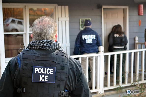 Arrestan a 498 inmigrantes en 'ciudades santuario' de EEUU