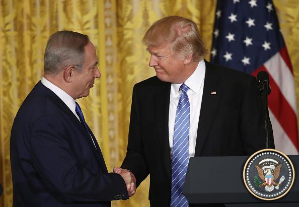 El presidente estadounidense, Donald Trump (Der.), y el primer ministro de Israel, Benjamin Netanyahu (Izq.), se dan la mano durante la conferencia de prensa conjunta en el Salón Este de la Casa Blanca, el 15 de febrero de 2017, en Washington DC. (Win McNamee / Getty Images)