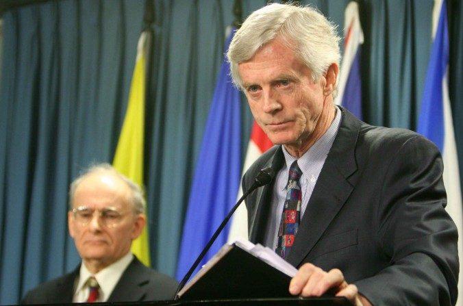 David Kilgour, ex secretario de estado canadiense para Asia y el Pacífico, presenta un informe revisado sobre el asesinato continuo de practicantes de Falun Gong en China por sus órganos, en el fondo el coautor del informe David Matas, el 31 de enero de 2007. (La Gran Época)