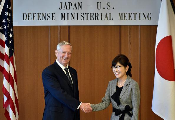 El secretario de Defensa estadounidense, Jim Mattis, se da la mano con la ministro de Defensa de Japón, Tomomi Inada, (Der.) después de la conferencia de prensa conjunta en el Ministerio de Defensa en Tokio el 4 de febrero de 2017. (Foto: FRANCK ROBICHON/AFP/Getty Images)