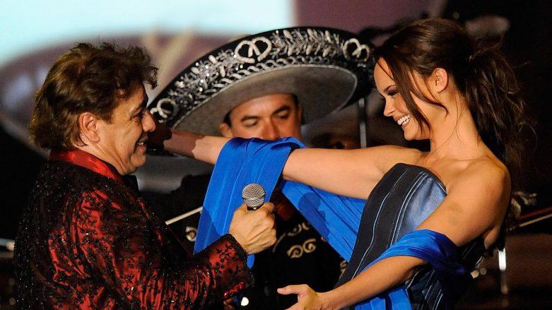 Juan Gabriel y la cantante Shaila Durcal en 2009 (Foto Ethan Miller/Getty Images)