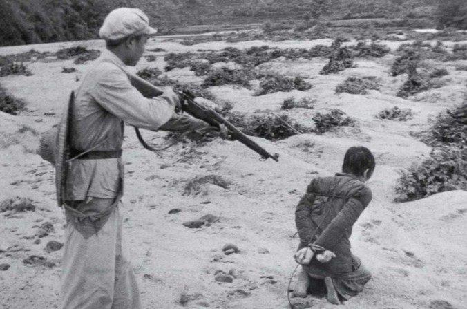 Un terrateniente chino es ejecutado por un soldado comunista en Fukang, China. (Dominio Público)