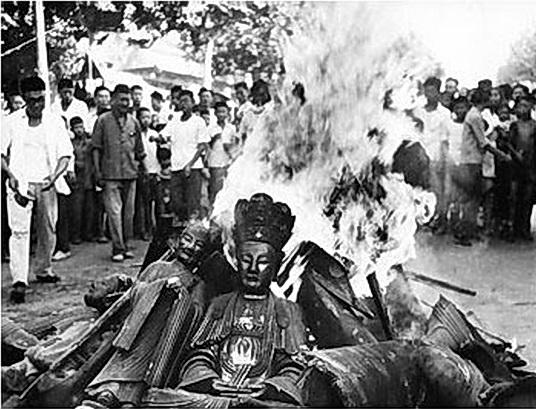 Estatuas budistas prendidas fuego durante la Revolución Cultural. (Dominio Público)