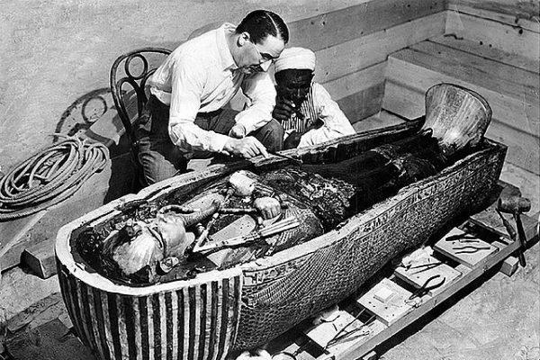 Howard Carter abre tumba de Tutankamón