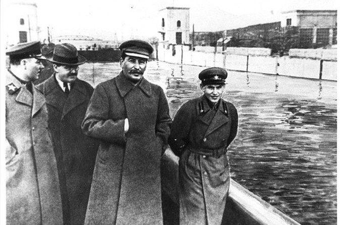 (De izquierda a derecha) Kliment Voroshilov, Vyacheslav Molotov, Stalin y Nikolai Yezhov en la costa del canal de Moscú. Luego de que Yezhov fuera enjuiciado y ejecutado desapareció de esta imagen entre 1939 y 1991. (Wikipedia Commons)