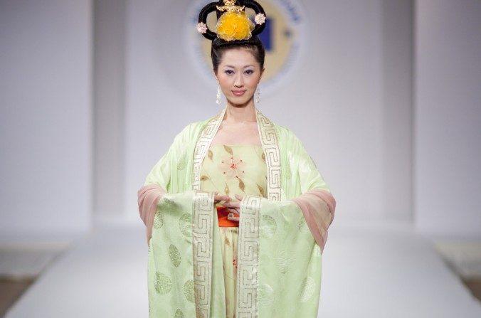 Una mujer vestida con ropa estilo Han en la tercera Competencia Anual de Diseño Han en el Pabellón Metropolitano en Nueva York, el 16 de octubre de 2010. (Edward Dai / La Gran Época)